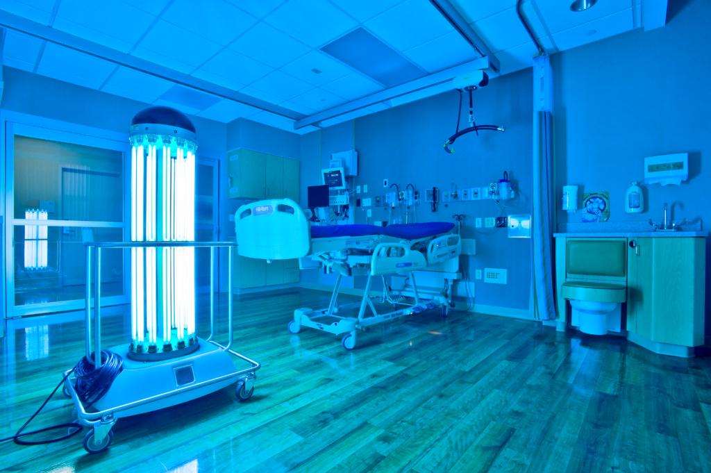 Ultravioletti valo desinfioi leikkaussalin pintoja